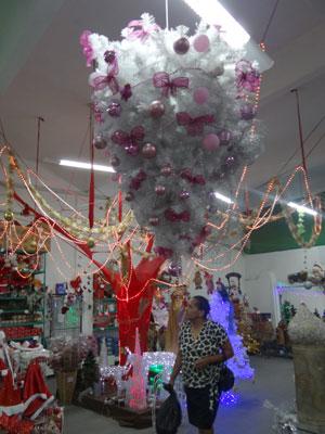 Árvore de Natal vira lustre (Foto: Luna Markman/G1)