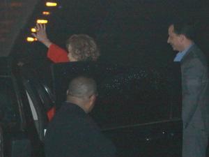 A ex-primeira-dama Marisa Letícia acena ao deixar o hospital Sírio-Libanês (Foto: JB Neto)