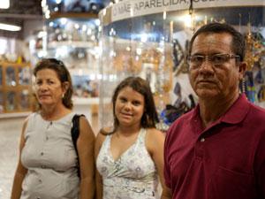 A professora Cleonice viajou 24 horas com a família para visitar Aparecida (Foto: Caio Kenji/G1)