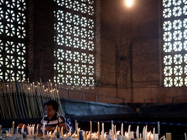 Sala das velas recebe orações de fiéis diariamente (Foto: Caio Kenji/G1)