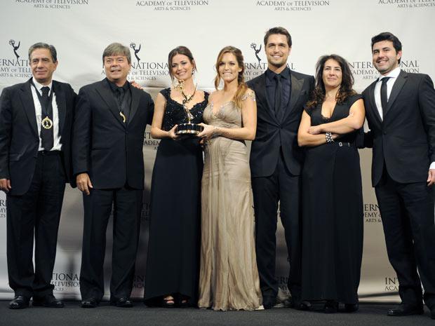Atores, técnicos e diretores de 'Laços de sangue', da 'SIC' e da TV Globo, ganhou Emmy Internacional por Melhor Novela. (Foto: Henny Ray Abrams / AP Photo)