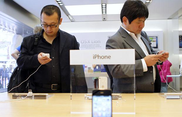 Consumidores testam o novo iPhone 4S em San Francisco, na Califórnia (Foto: Robert Galbraith/Reuters)