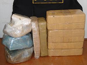Droga foi encontrada pela polícia dentro de uma bolsa. (Foto: Assessoria/PRF-MT)