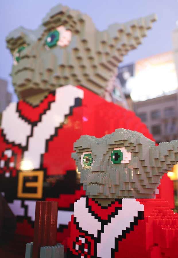 O Papai Noel Yoda também tem um 'ajudante' em tamanho menor (Foto: AP)