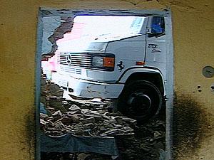 Fogão e móveis da cozinha ficaram sob os escombros (Foto: Reprodução/TV Paraíba)