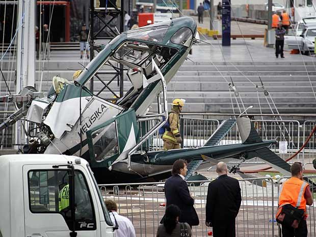 O rotor da aeronave enroscou numa corda durante a instalação de uma árvore de Natal. (Foto: New Zealand Herald / Sarah Ivey / AP Photo)