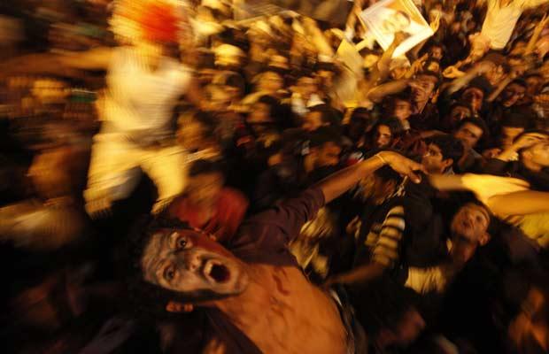 Iemenitas celebram nesta quarta-feira (23) em Sanaa a assinatura do acordo de transição de poder no país (Foto: Reuters)