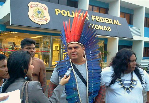 Líder se recusou a tirar o cocar no setor de embarque (Foto: Jackeline Farah/TV Amazonas)