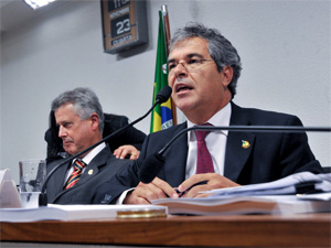O senador Jorge Viana, relator do projeto do Código Florestal no Senado, ao lado do senador Rodrigo Rollemberg, durante sessão da Comissão de Meio Ambiente da Casa. (Foto: José Cruz/Agência Senado )