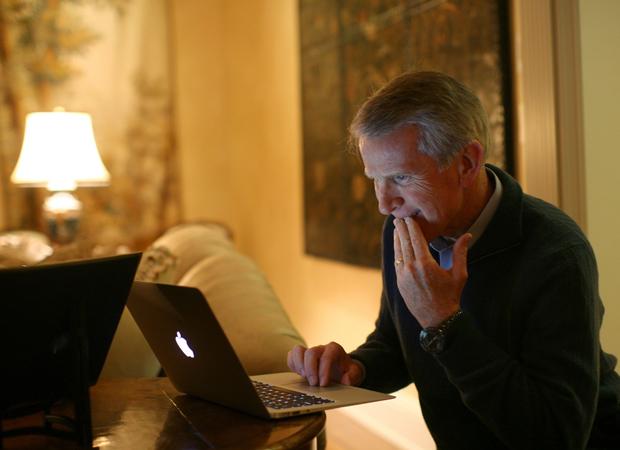 Ray Lane, presidente executivo do conselho da HP, posa para foto de agência mexendo em notebook da Apple em sua casa, em Atherton, na Califórnia. A HP, que teve Meg Whitman indicada como nova CEO em setembro, decidiu continuar fabricando PCs. Em agosto deste ano, a empresa, então comandada por Leo Apotheker, chocou investidores ao anunciar que estava considerando alternativas estratégicas para sua unidade Personal Systems Group (PSG) --que inclui o negócio de PCs. (Foto: Robert Galbraith/Reuters)