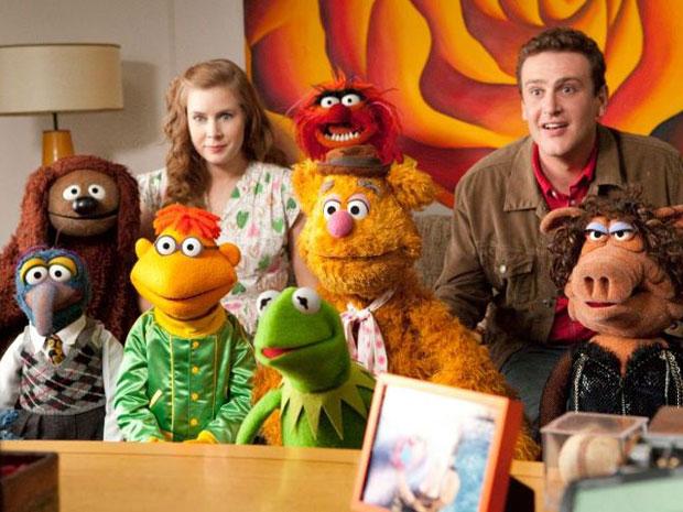Os atores Amy Adams e Jason Segel cercados por alguns dos personagens dos Muppets (Foto: Divulgação)