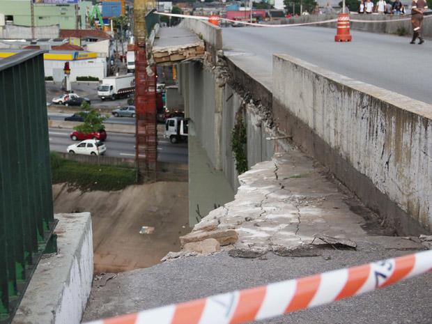 Parte da mureta de proteção da ponte caiu por volta da 1h desta quarta-feira (Foto: Edno Luan/Futura Press)