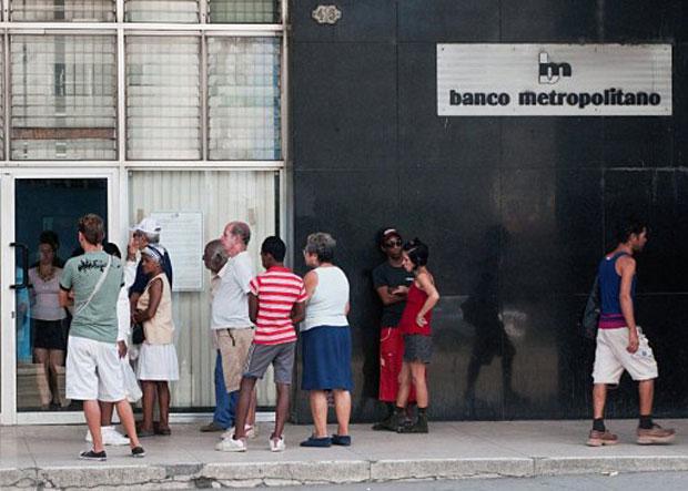 Pessoas fazem fila em frente a um banco de Havana nesta quinta (24) (Foto: AFP)