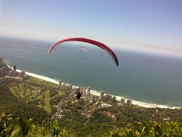 Num voo de asa delta, toda a beleza da natureza do Rio (Foto: Perla Rodrigues/G1)