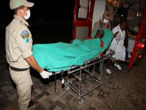 Bombeiros encaminham paciente para hospital em Coxim (Foto: Divulgação/Edição de Notícias)