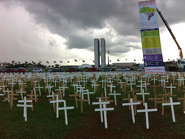 Ato público realizado nesta quinta-feira (24) na Esplanada dos Ministérios, em Brasília, lembra a situação dos atingidos por desastres nos últimos anos no país.  (Foto: Mariana Zoccoli/G1)