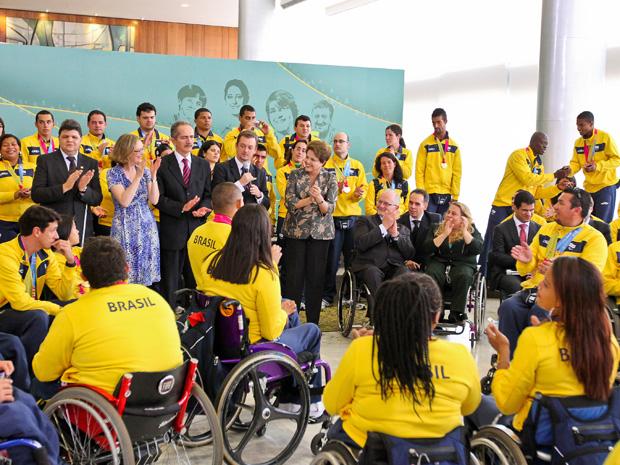Dilma disse que atletas são exemplo para contemplados pelo programa Viver sem Limites, que investirá R$ 7,6 bilhões para inclusão de pessoas com deficiência (Foto: Roberto Stuckert Filho/PR)