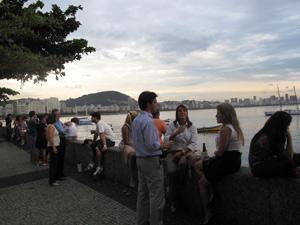 Na orla da Urca, a murate se torna mesa de bar (Foto: Lilian Quaino/G1)