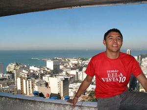 Jailto, da pensão Bela Vista, mostra a paisagem que se vê de seu restaurante (Foto: Bernardo Tabak/G1)