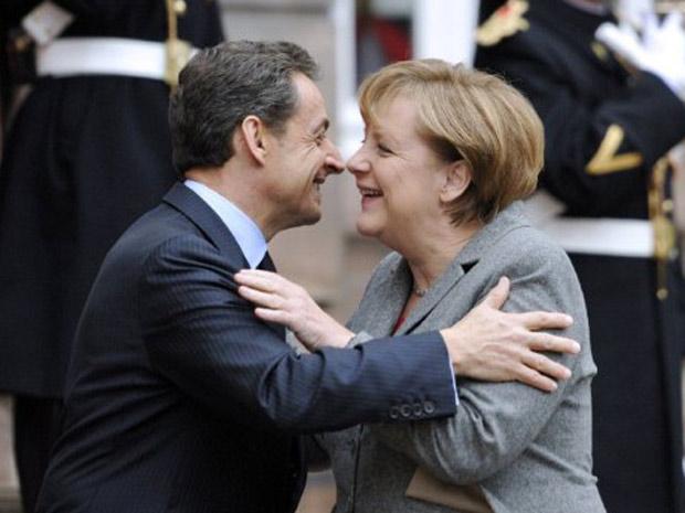 Angela Merkel e Nicolas Sarkozy se cumprimentam antes de encontro para debater a crise nesta quinta-feira. (Foto: Eric Feferberg/AFP)