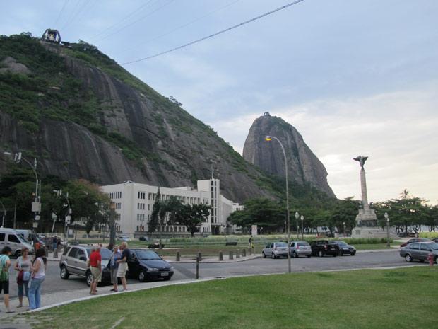 O Morro da Urca, primeira parada do bondinho, e atrás o Pão de Açúcar (Foto: Perla Rodrigues/G1)