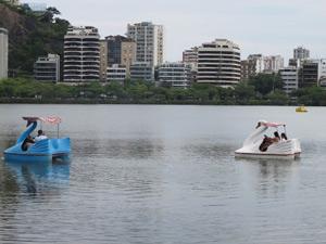 Pedalinhos nas águas mansas da Lagoa Rodrigo de Freitas (Foto: Perla Rodrigues/G1)