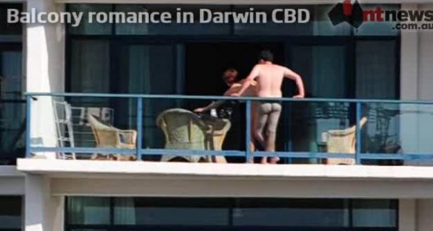 Em seembro de 2011, um casal foi visto fazendo sexo em plena luz do dia na varanda de um hotel em Darwin, na Austrália. (Foto: Reprodução)