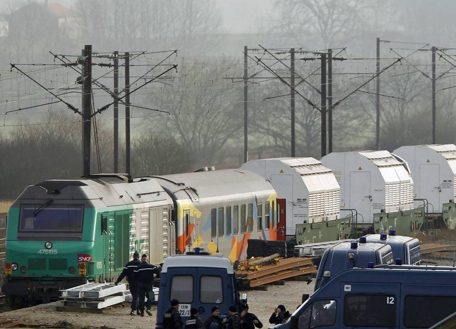 Trem que transporta lixo nuclear aguarda em Remilly, perto da fronteira com a Alemanha, para seguir viagem. A polícia acompanha o trajeto para conter manifestações hostis (Foto: Vincent Kessler/Reuters)