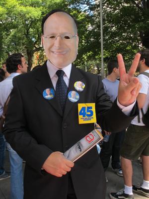 """Estudante veste máscara do governador Geraldo Alckmin, convidado pelos alunos a comparecer à """"aula de democracia"""" (Foto: Ana Carolina Moreno/G1)"""