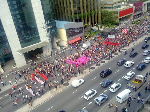 Passeata de estudantes da USP em greve fechou parte da Avenida Paulista (Foto: Talita Gonçalez/VC no G1)