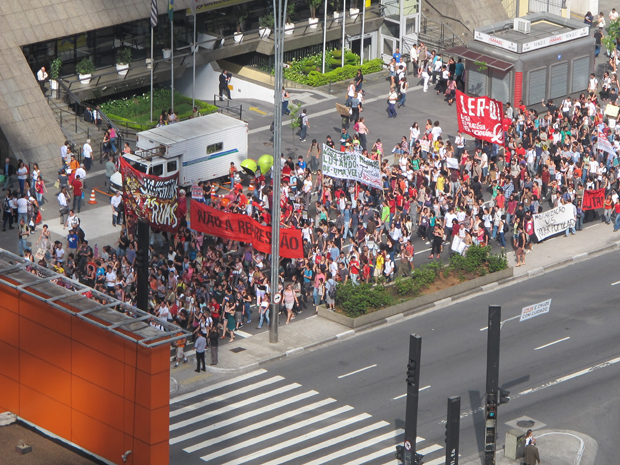 Passeata de estudantes da USP em greve fechou parte da Avenida Paulista (Foto: Paulo Guilherme/G1)