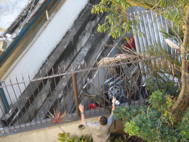 Roda de carro que caiu do estacionamento da clínica de saúde (Foto: C.J.C/VC no G1)