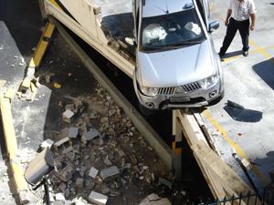 Veículo fica pendurado em prédio no Rio de Janeiro (Foto: C.J.C/VC no G1)