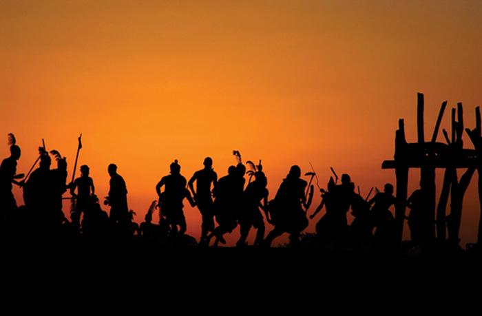 A foto mostra uma cerimônia tribal na Etiópia, em que jovens saltam por cima de touros como prova de seu amadurecimento (Foto: Eli Weiss/ Wildize Foundation/BBC)