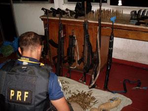 PRF apreende fuzis com brasão dos Exércitos Brasileiro e Argentino na BA (Foto: Divulgação/ PRF)
