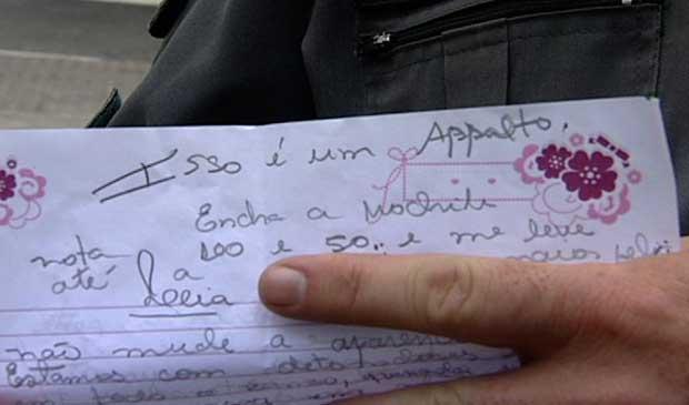 Mulher usou carta para anunciar o assalto ao banco. (Foto: Reprodução/TV Gazeta)