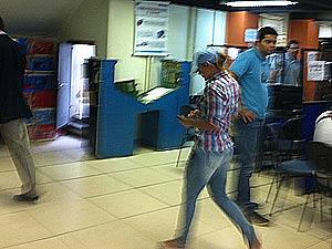 Denúbia foi levada por policiais do Bope para a delegacia (Foto: Rodrigo Vianna/G1)