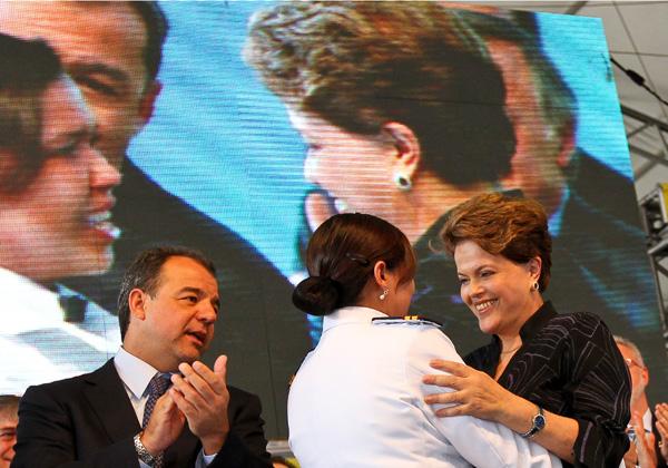 A presidente Dilma Rousseff, ao lado do governador do Rio, Sergio Cabral, durante solenidade de entrega de navio da Petrobras. (Foto: Roberto Stuckert Filho/PR)