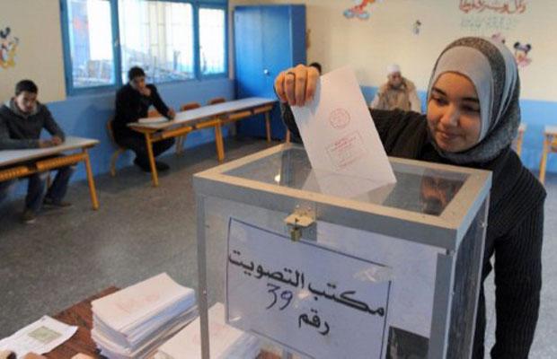 Marroquina vota em Rabat, nesta sexta (25) (Foto: Abdelhak Senna/AFP)