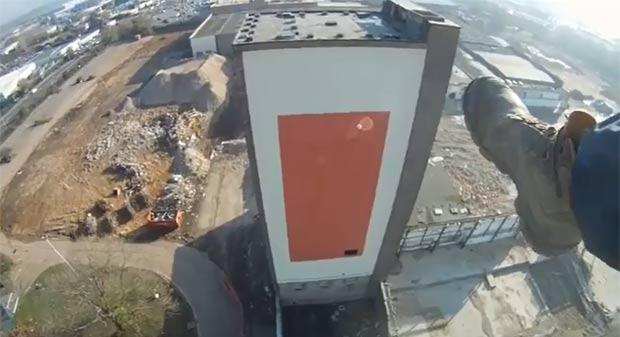 Salto de parapente provocou operação de emergência na Inglaterra. (Foto: Reprodução/YouTube)