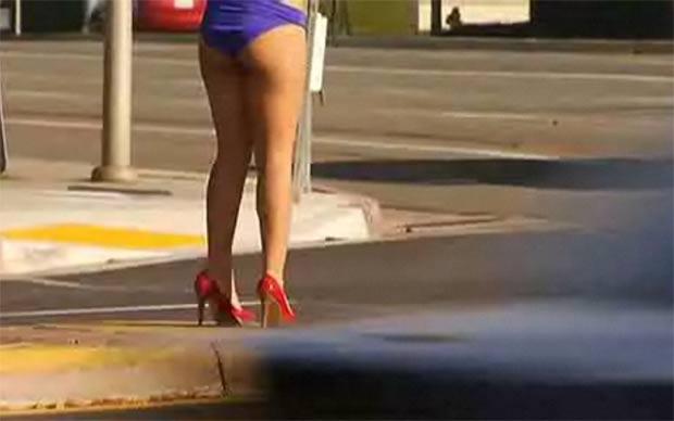 Ela apostou em modelito inusitado enquanto segurava cartaz em cruzamento. (Foto: Reprodução)