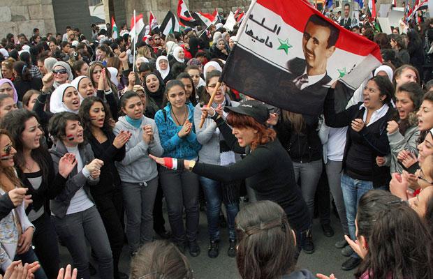 Manifestação a favor do governo de Assad exaltam o presidente em Damasco, nesta quinta (Foto: Bassem Tellawi/AP)