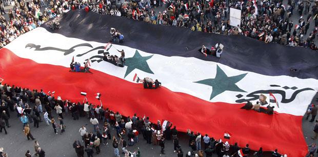 Manifestantes a favor do governo da Síria protestaram na sexta-feira (25) contra as decisões da Liga Árabe (Foto: Muzaffar Salman/AP)