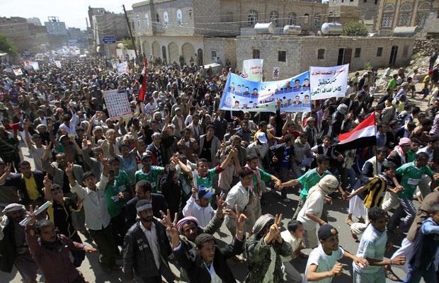 Manifestantes contrários ao governo protestaram neste sábado em Sanaa para exigir o julgamento do presidente Ali Abdullah Saleh (Foto: Khaled Abdullah/Reuters)