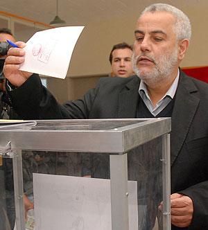 O secretário-geral do PJD, Abdelilah Benkiran, votou nas eleições do Marrocos na sexta-feira (25) (Foto: Mustapha Houbis/AP)