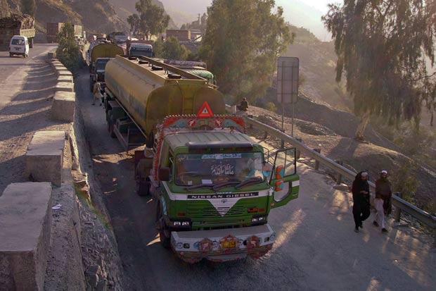 Governo do Paquistão ordenou o bloqueio de todos os comboios de abastecimento da Otan. (Foto: Shahid Shinwari/Reuters)