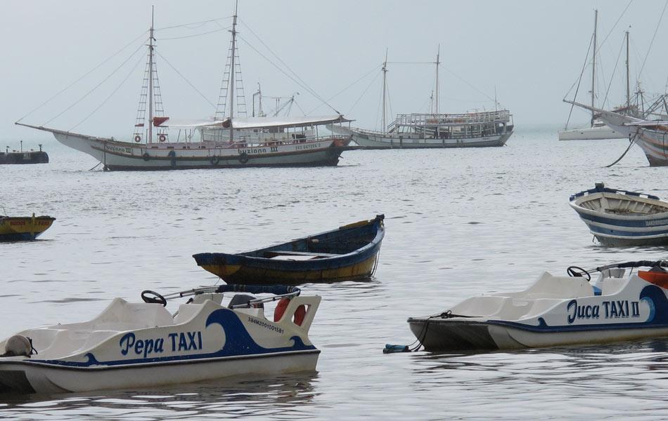 O serviço de táxi aquático leva banhistas a diferentes praias de Búzios