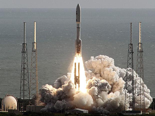 Foguete Atlas decola na Flórida levando o jipe robô Curiosity ao espaço (Foto: AP)