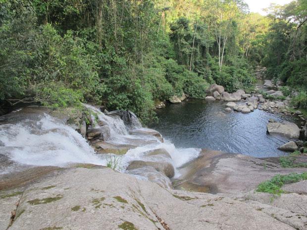 A cahoeira da Pedra Branca tem uma piscina natural (Foto: Carolina Lauriano / G1)