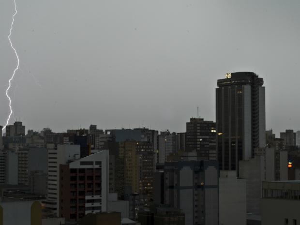 Imagem aérea do Centro de Curitiba, onde o céu se escureceu muito rapidamente nesta sábado (26). Apesar da incidência de raios e da força da chuva, não foi o local mais atingido. Os bairros Cidade Industrial e Mercês é que foram, com ventos de até 50 km/h. (Foto: Felipe Pinheiro)
